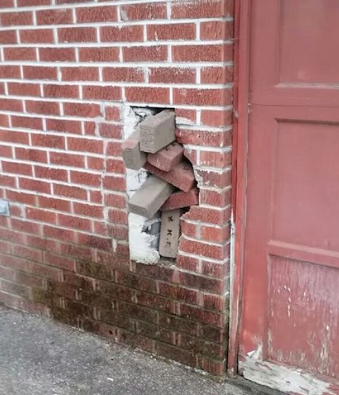 Ziegelsteine in Mauer